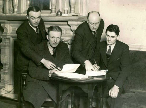 Bob Bell signs for Everton in 1936